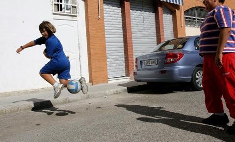 Jf Ni Os Jugando Al Futbol En Calle Mirador Jerez