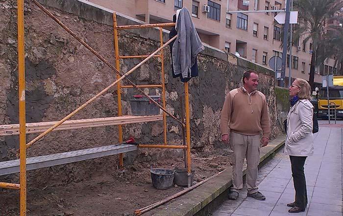 Adecentan el talud del puente de la calle Cartuja