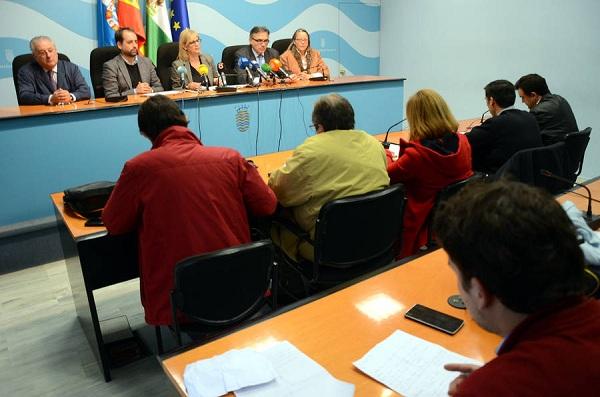 La alcaldesa afirma que el Ayuntamiento necesitaría 43 años para pagar su deuda