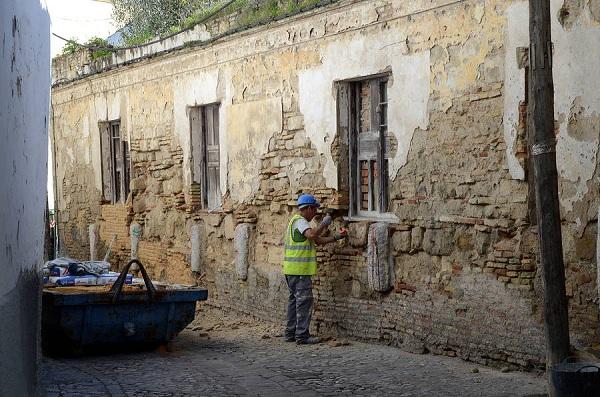 Empieza la reparación de la finca de la calle Cabezas que sufrió recientemente un desprendimiento