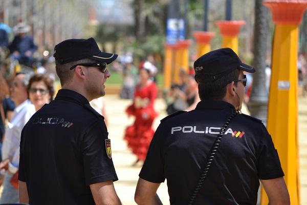 Se enfrentan a la Policía con arma blanca y botellas cuando intentan detenerles