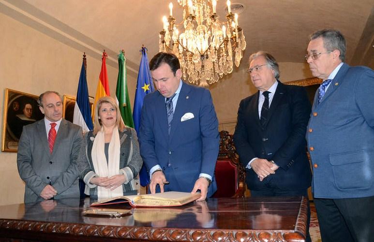 El pregonero de la Semana Santa José Vegazo firma en el Libro de Honor