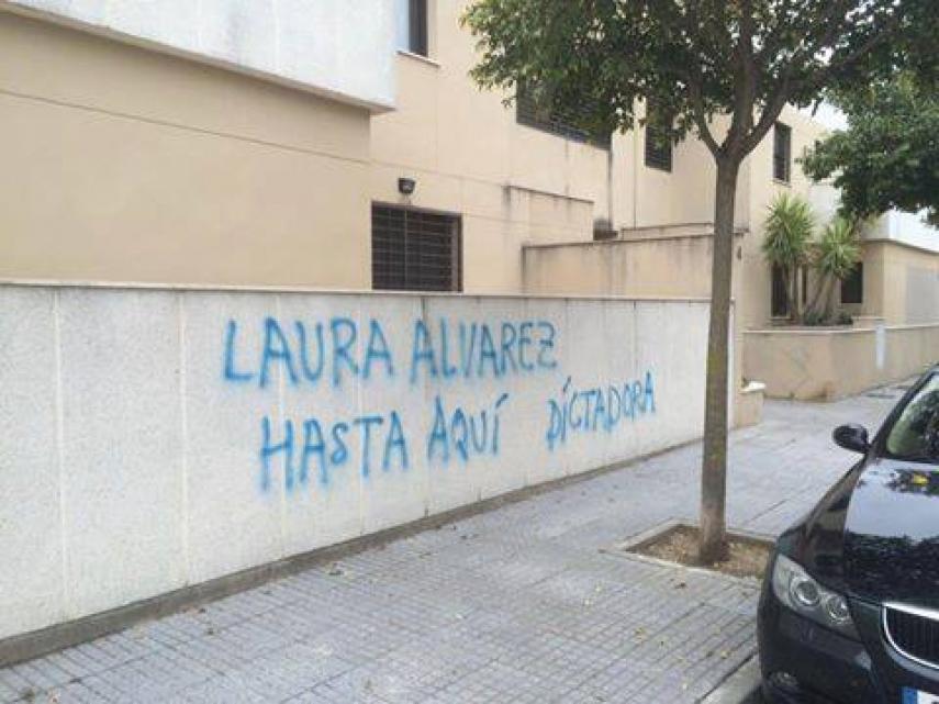 Aparecen pintadas contra los delegados municipales Laura Álvarez y Paco Camas