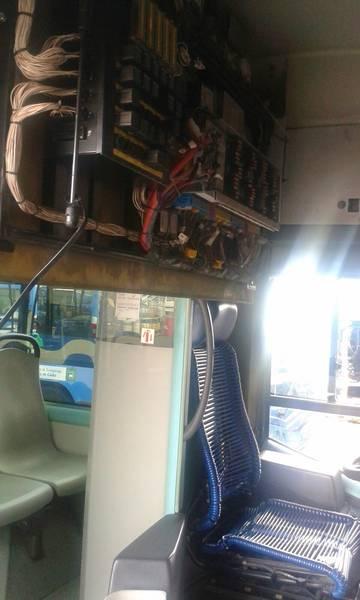 Once heridos leves al desprenderse el techo de un autobús urbano