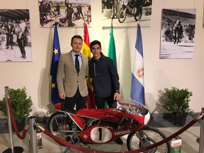 Márquez visita con Galván la II Exposición de Motocicletas Clásicas en Los Claustros
