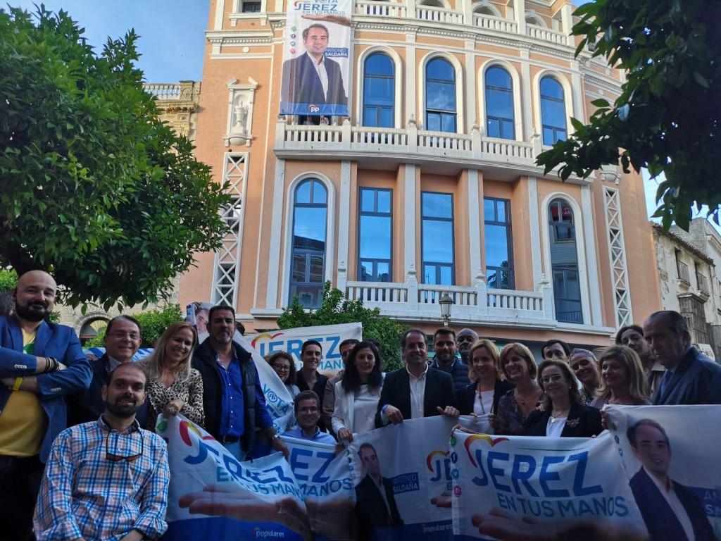 La tradicional pegada de carteles lanza la campaña para las municipales del 26M