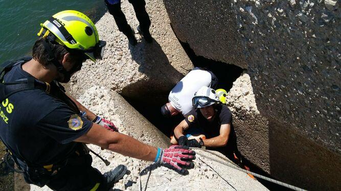 Rescatan el cuerpo sin vida de un hombre entre las rocas de la playa de la Puntilla