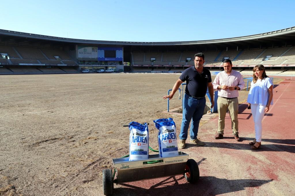La renovación del césped de Chapín encara su recta final con la plantación de las nuevas semillas