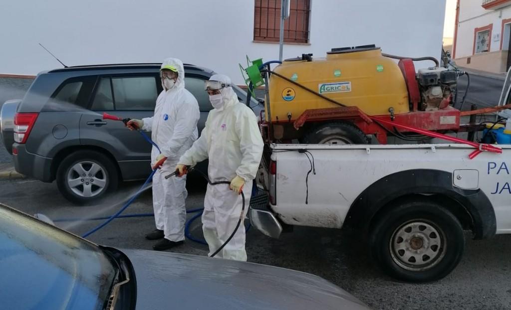 Las tareas de desinfección y limpieza no cesan durante la Semana Santa en Lebrija